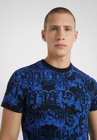 Versace Jeans Couture - BAROQUE - T-shirt med print - black/blue - 3