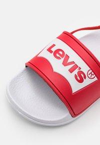 Levi's® - POOL MINI UNISEX - Sandály - white/red - 5
