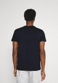 Tommy Hilfiger - CIRCULAR LOGO  - T-shirt con stampa - desert sky - 2