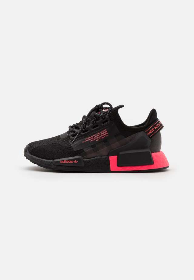 NMD_R1.V2 UNISEX - Tenisky - core black/flash red