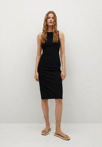 Mango - Pouzdrové šaty - zwart - 0