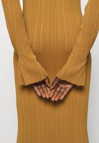 Holzweiler - HADELAND DRESS - Sukienka dzianinowa - light brown - 4
