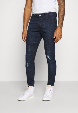 ARCHIE - Pantaloni cargo - dark blue wash