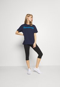 Reebok - LINEAR READ TEE - Print T-shirt - dark blue - 1