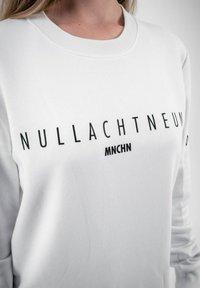 PLUSVIERNEUN - MÜNCHEN - Sweatshirt - white - 7
