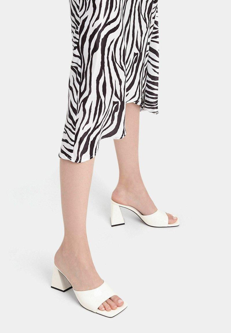 Bershka - MIT BREITEM ABSATZ - Pantofle na podpatku - white
