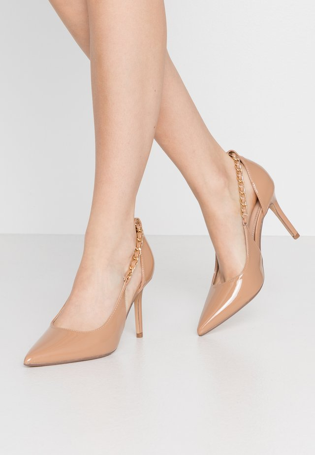 DANE CHAIN DETAIL POINT COURT - Zapatos altos - nude