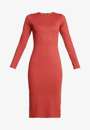 SASSI DRESS - Pouzdrové šaty - rust