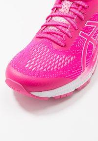 ASICS - GEL-KAYANO 26 - Stabilní běžecké boty - pink glo/cotton candy - 5