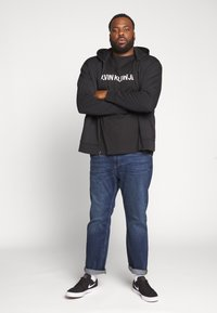 Calvin Klein Jeans Plus - PLUS INSTIT LOGO TEE - Print T-shirt - black - 1