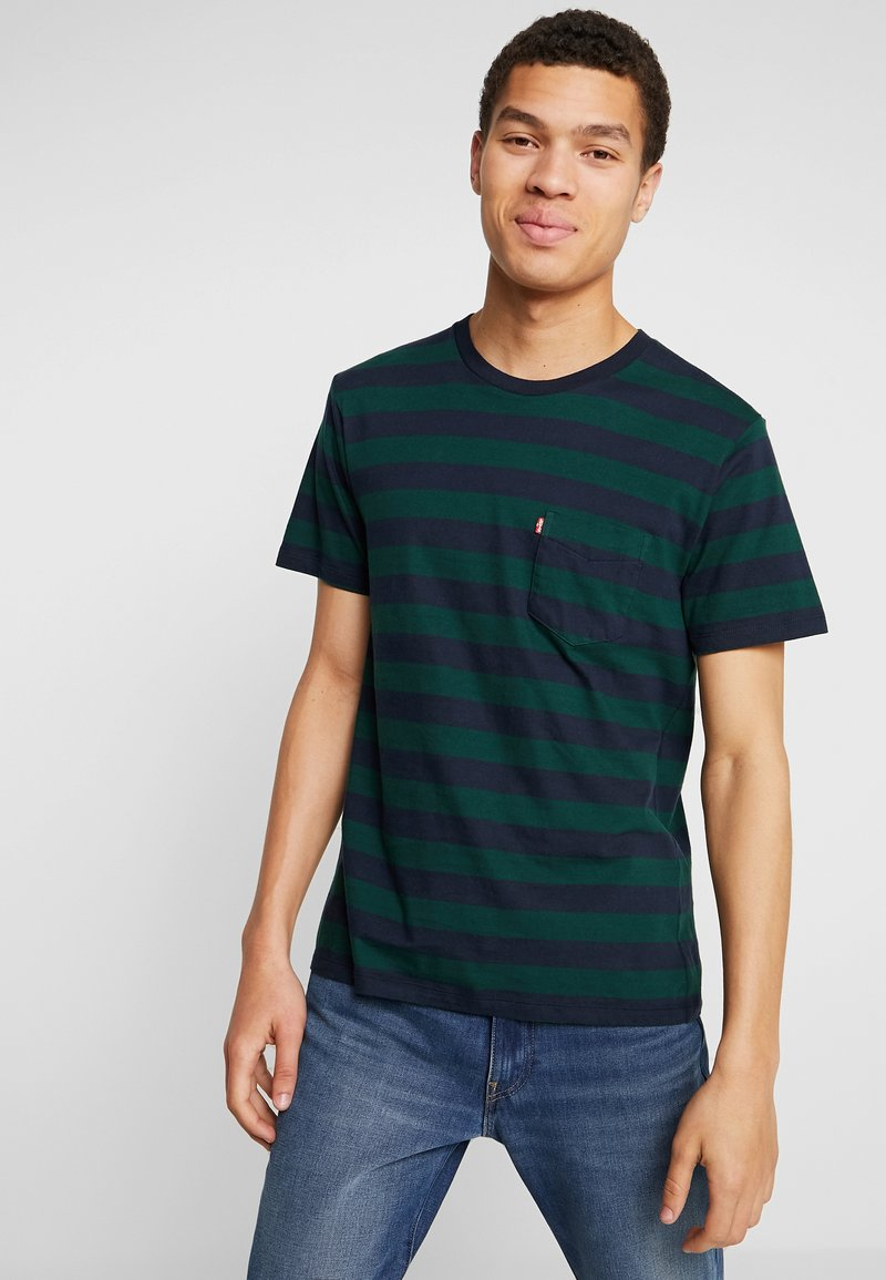 Levi's® - SET IN SUNSET POCKET - T-shirt med print - nightwatch blue/pine grove