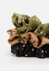 Pieces - PCKINSLEY BOW SCRUNCHIE 3 PACK - Příslušenství kvlasovému stylingu - black/green/beige - 1