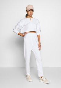 Missguided - ZIP FRONT CROPPED  SLIM LINE SET - Survêtement - white - 1