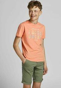 Jack & Jones Junior - T-shirt med print - shell coral - 0