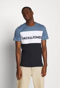 Jack & Jones - JJELOGO BLOCKING TEE - T-shirt con stampa - china blue - 0