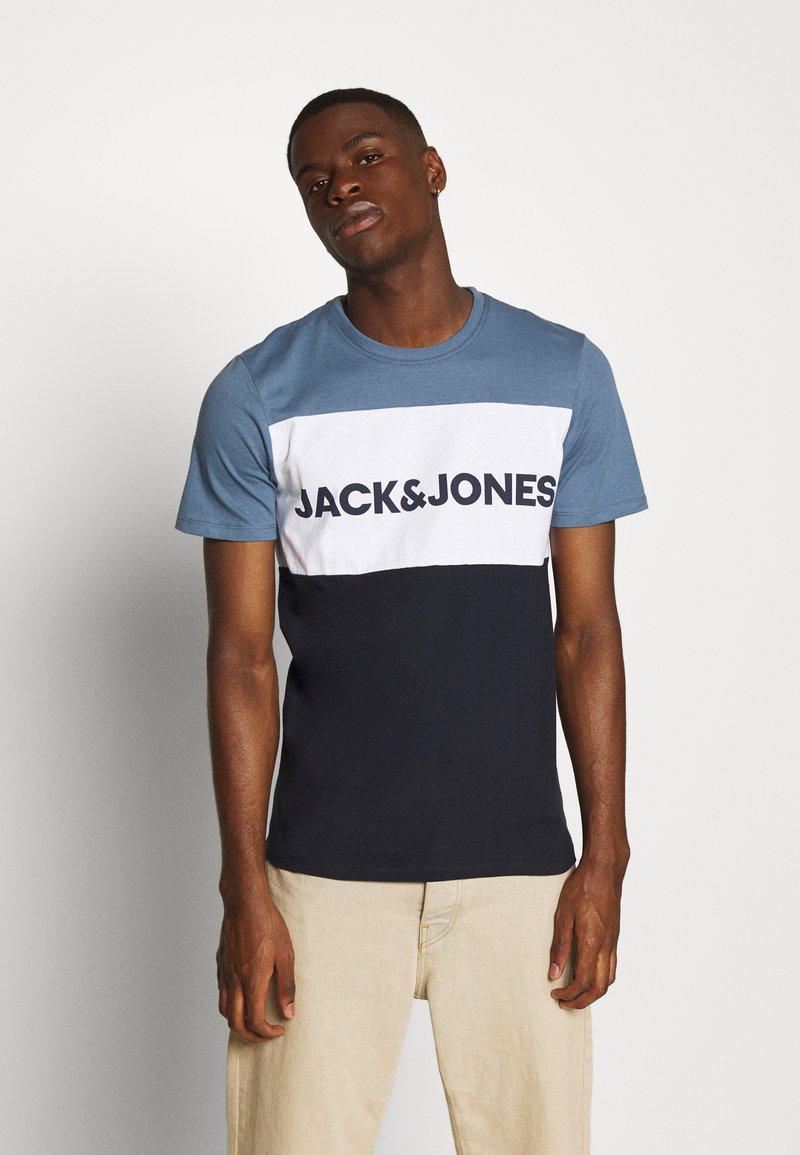 Jack & Jones - JJELOGO BLOCKING TEE - T-shirt con stampa - china blue