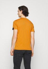 Replay - T-shirt basic - ochre - 2