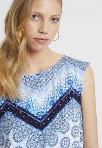 Wallis Tall - CHEVRON HOTFIX PINNY - Vapaa-ajan mekko - blue - 3