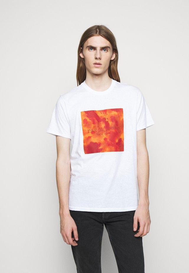 CAMO BOX TEE - Print T-shirt - white