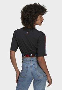 adidas Originals - PRIMEBLUE ADICOLOR ORIGINALS RELAXED T-SHIRT - Camiseta estampada - black - 2