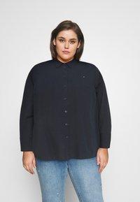 Tommy Hilfiger Curve - POP MONICA - Button-down blouse - desert sky - 0