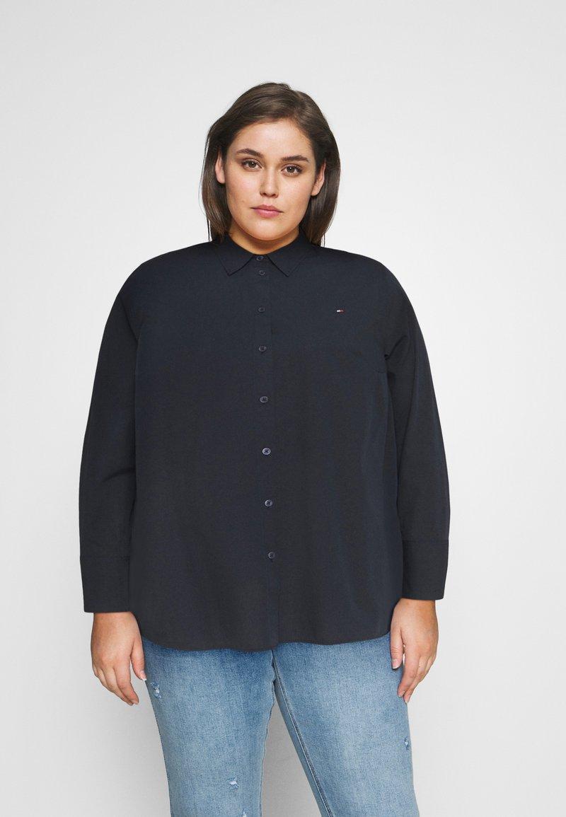 Tommy Hilfiger Curve - POP MONICA - Button-down blouse - desert sky