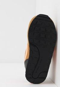 Nike Sportswear - RUNNER 2 - Sneakersy niskie - wheat/orange pulse/black/white - 5