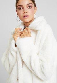 Missguided - LONG LINE SHORT FUR COAT - Cappotto classico - white - 3