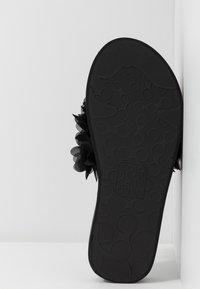Colors of California - FLOWER TRIM - T-bar sandals - black - 6