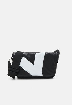 JESSEY PLANE - Across body bag - black