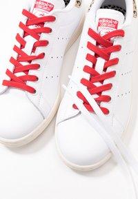adidas Originals - STAN SMITH  - Sneaker low - footwear white/scarlet/chalk white - 9