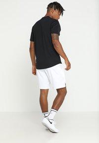 Nike Performance - DRY SHORT - Sportovní kraťasy - white - 2