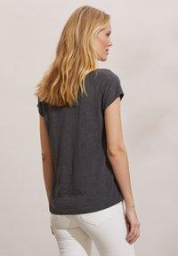 Odd Molly - HENNA - Print T-shirt - asphalt - 1