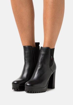 ESSENTIALS  - Kotníkové boty na platformě - black