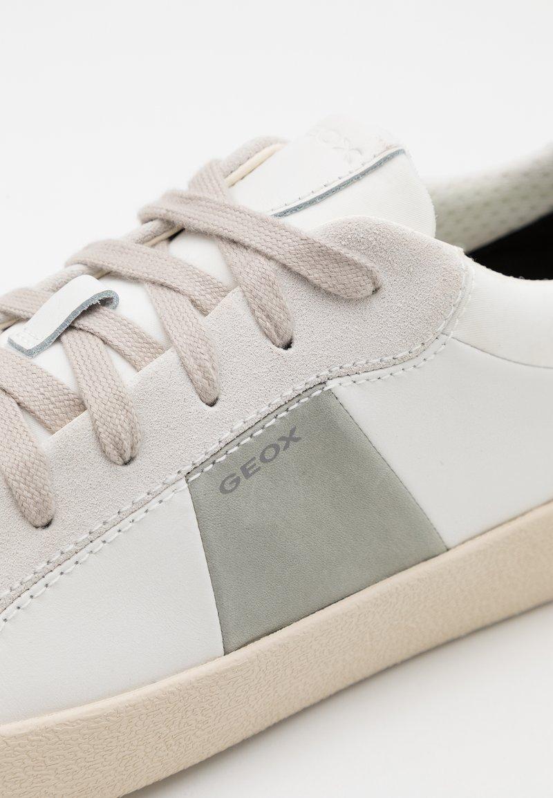 sábado Minero Pico  Geox WARLEY - Trainers - white/light grey - Zalando.de