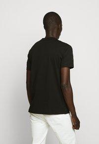 Versace Jeans Couture - TONAL ALLOVER LOGO - T-shirt imprimé - black - 2