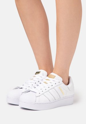 SUPERSTAR BOLD  - Zapatillas - footwear white/gold metallic/core black
