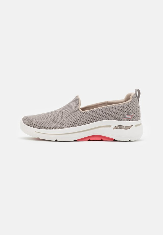 GO WALK ARCH FIT - Walking trainers - taupe/coral