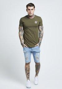 SIKSILK - SHORT SLEEVE GYM TEE - T-shirt basic - khaki - 1