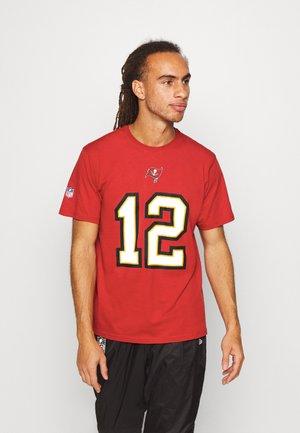 NFL TOM BRADY TAMPA BAY BUCCANEERS ICONIC NAME NUMBER GRAPHIC  - Klubové oblečení - game red