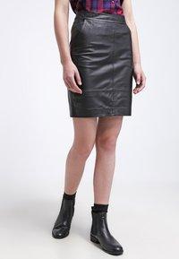 Gestuz - CHAR - Falda de cuero - black - 0