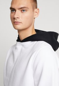 Calvin Klein Jeans - CONTRASTED HOODIE - Mikina skapucí - bright white/black - 3