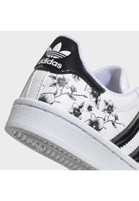 adidas Originals - SUPERSTAR SHOES - Sneakers basse - white - 6