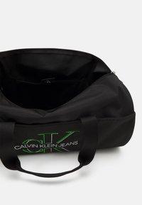 Calvin Klein Jeans - BARREL GLOW UNISEX - Sac week-end - black - 2