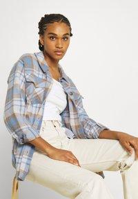 Vero Moda - VMSHAY SHIRT - Skjorte - pristine/allure - 3