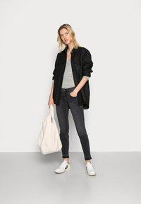 Herrlicher - TOUCH CROPPED BLACK  - Jeans slim fit - inox - 1