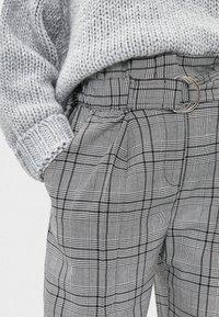 Bershka - MIT GÜRTEL  - Trousers - light grey - 4