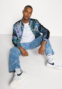 Jaded London - LASER ETCHED FLORAL SKATE - Straight leg jeans - blue - 3