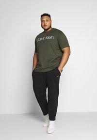 Calvin Klein - FRONT LOGO - T-Shirt print - green - 1