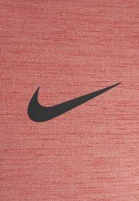 Nike Performance - HYPER DRY - T-shirts print - rust pink heather/black - 6